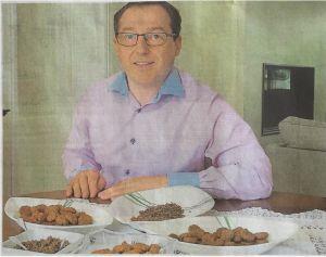 Photo de jacky PETIZ et de quelques préparation de bisquits aux insectes